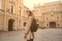 一个美丽的年轻行家女孩的画象通过街道走老镇乐趣和微笑 图库摄影