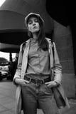 一个美丽的年轻行家女孩的画象通过街道走老镇乐趣和微笑 免版税库存图片