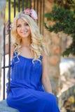 一个美丽的年轻金发碧眼的女人的夏天画象 免版税库存照片