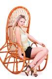 一个美丽的年轻金发碧眼的女人的画象椅子的 库存图片