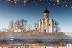 一个美丽,古老教会的不可思议的反射在池塘,一个冷淡的早晨 免版税图库摄影