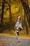 一个美丽,梦想和哀伤的女孩的画象有长的波浪发的 库存图片