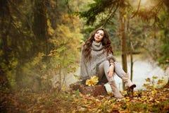 一个美丽,梦想和哀伤的女孩的画象有长的波浪发的 库存照片