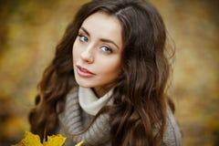 一个美丽,梦想和哀伤的女孩的画象有长的波浪发的 免版税库存照片