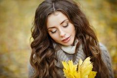一个美丽,梦想和哀伤的女孩的画象有长的波浪发的 免版税库存图片