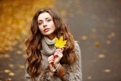 一个美丽,梦想和哀伤的女孩的画象有长的波浪发的 免版税图库摄影