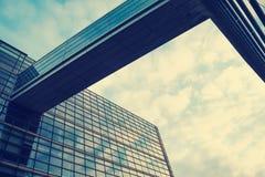 一个美丽,现代,被反映的大厦 视图从下面 覆盖天空 编译总公司 免版税库存照片