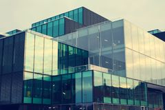 一个美丽,现代,被反映的大厦 视图从下面 覆盖天空 编译总公司 库存图片