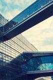 一个美丽,现代,被反映的大厦 视图从下面 覆盖天空 编译总公司 免版税库存图片