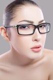一个美好的女性模型的画象在灰色背景的 免版税库存照片
