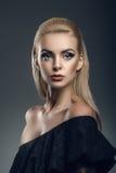 一个美好的女性设计的纵向在黑暗的背景的 免版税图库摄影