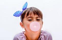 一个美好的小女孩吹的泡影的画象 免版税库存图片