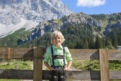 一个美好的山风景的Smilling巴法力亚男孩 免版税库存图片