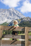一个美好的山风景的Smilling巴法力亚男孩 图库摄影