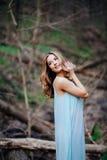 一个美好的深色的模型的室外画象在蓝色礼服的在春天森林 库存照片