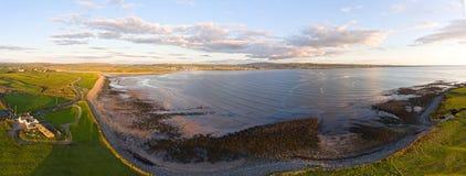 一个美好的爱尔兰日落乡下风景的空中俯视图 免版税库存图片