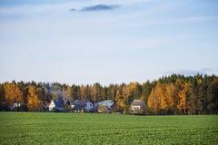一个美好的秋天晚上在森林村庄 免版税库存照片