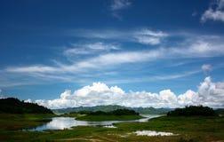一个美好的风景视图的图片 有山和湖蓝天,在天新鲜空气的白色云彩 库存图片