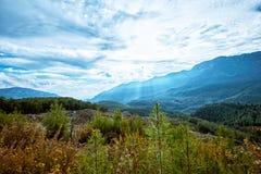 一个美好的风景高在与云彩的山在a 免版税库存照片