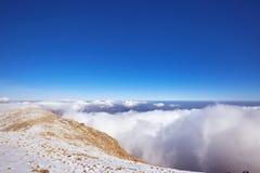 一个美好的风景高在与云彩的山在a 库存图片