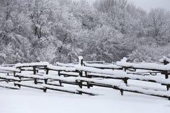 一个美妙的多雪的畜栏的照片作为冬天背景 免版税库存照片