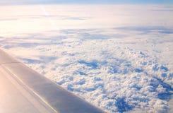 一个翼和云彩的平面窗口视图在天空 免版税库存图片