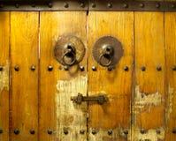 一个老中国木门的细节从一hutong的在北京,中国 免版税库存图片