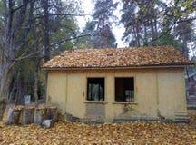 一个老人不需要房子,作为迷彩漆弹运动的一处风景 库存图片
