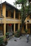 一个老人在佛教寺庙的庭院里走在河内(越南) 库存照片
