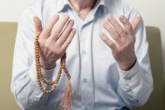 一个老人的祈祷的手 库存图片