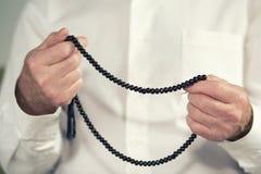 一个老人的祈祷的手 免版税库存照片