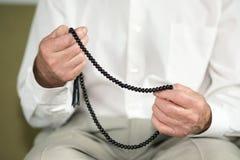 一个老人的祈祷的手 图库摄影
