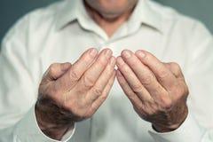 一个老人的祈祷的手 库存照片