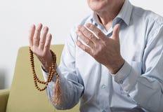 一个老人的祈祷的手 免版税库存图片