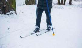 一个老人行使由越野滑雪改进他的健康 库存照片