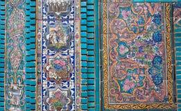 一个老伊朗清真寺的墙壁的细节有马赛克和铺磁砖的片断的在波斯样式,克尔曼沙赫,伊朗 免版税图库摄影