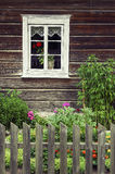 一个老传统木屋的窗口 库存图片