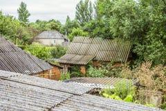 一个老俄国村庄的被放弃的老叫化子房子 库存照片