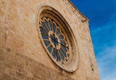 一个老修道院的圆的窗口 库存照片