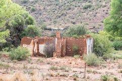 一个老农厂房子的废墟 免版税图库摄影