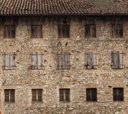 一个老农村房子的自然石门面有窗口三个文件的, 免版税库存照片