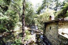一个老农村石房子的墙壁在一条山河旁边的有l的 免版税图库摄影