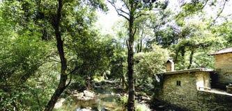 一个老农村石房子的墙壁在一条山河旁边的有l的 免版税库存图片