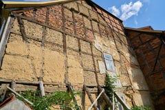 一个老半木料半灰泥的房子的被毁坏的门面在奎德林堡 库存照片