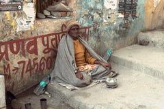 一个老印地安叫化子等待在街道上的施舍 免版税库存照片