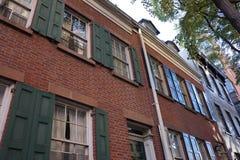 一个老历史的砖连栋房屋大厦 库存照片