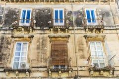 一个老古典大厦的门面在Siracusa,西西里岛,意大利 免版税库存照片