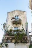 一个老古典大厦的阳台在Siracusa,西西里岛,意大利 库存照片