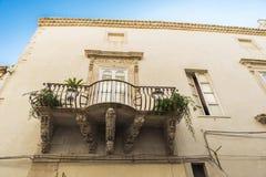 一个老古典大厦的阳台在Siracusa,西西里岛,意大利 免版税库存图片