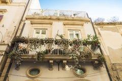 一个老古典大厦的阳台在Siracusa,西西里岛,意大利 库存图片
